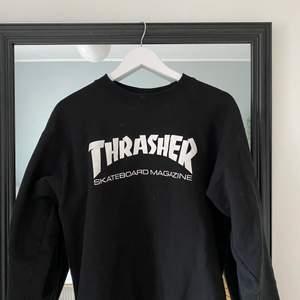 En jätteskön sweatshirt som knappt är använd är i storlek M!🖤
