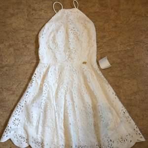 En sååå fin studentklänning eller klänning till din avslutning. Den va tyvärr för liten för mig. Den är köpt från bubbelroom men tror inte den finns kvar. Köptför 699kr, helt oanvänd, pris lappen till och med kvar😋😉 kontakta för bättre bilder