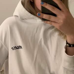 Säljer denna oversize unisex hoodie än från Axel arigato! Har små fläckar som inte går bort men inget man tänker på! Strl xs