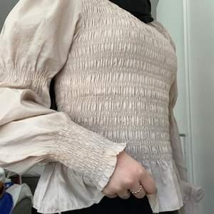 Hej, säljer den här fina toppen från Gina tricot. Den är helt ny och är bara testade. Kostade 399kr. Och säljer den för 200. Storleken är M men funkar även som S☺️🥰                                 Kan skicka fler bilder vid intresse
