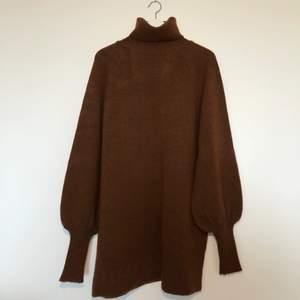 Så fin stickad klänning med polokrage i mörkbrun färg. Mycket fint skick! GRATIS FRAKT!