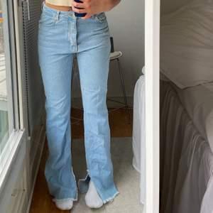 Jeans från NA-KD! Storlek 40 men passar någon som brukar ha 36-38 också om man t.ex vill ha dem lågmidjat!