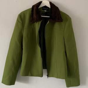 """Grön jacka med """"päls""""krage från number one by kappahl. Strl:42 men passar allt från Xs-M beroende på hur man vill ha den.                                                        Köparen står för fraktkostnaden! 😊"""