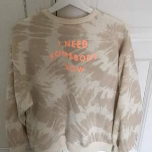 Säljer en väldigt ny sweatshirt från H&M som är skön men känner att jag inte har något att matcha med💕 skriv för intresse. Fraktar!