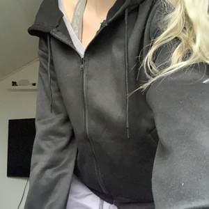 Helt ny hoodie från Shein. Är i storlek M, sitter bra på mig som vanligtvis har xs eller s, lite oversized.