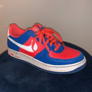 OUFFF vad jag älskar dessa!!! 😤😤Blöder för dessa! Men de är snäppet för tajta😰😰 Finaste Nike Air Force 1's med en heeelt unik färgkombo. De är i perfekt skick men har inte skrubbat rent dom :P Orginallådan finns ej.