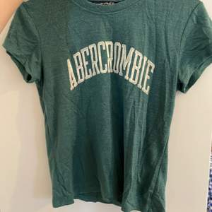 Tshirt från Abercrombie. Väldigt fin färg, och mjukt material som är lite tjockare🥰 Strl XS men lite stretch.