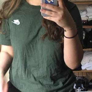 En grön nike t-shirt.
