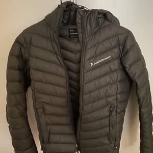 En väldigt fin Peak Performance jacka  i en superfin grå grön färg, säljs inte i butik idag. Det är i väldigt gott skicka!✨ st.S säljs då jag tyvärr inte kan ha den längre..