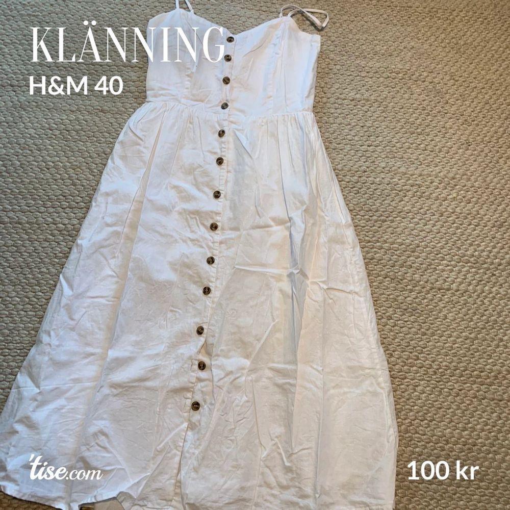 Klänning i mycket fint skick. Använd endast två gånger, från H&M storlek 40.. Klänningar.