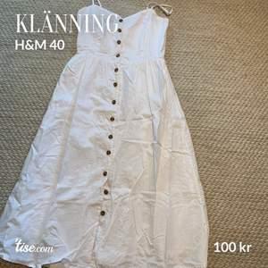 Klänning i mycket fint skick. Använd endast två gånger, från H&M storlek 40.