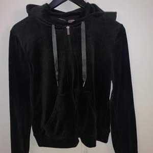 Svart velour tröja ifrån Ginatricot, helt ny. Super mysig verkligen men tyvärr inte min stil riktigt. Storlek Small. Köpare står för frakt 🌟🌟