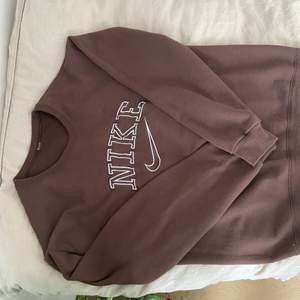 Brun Nike sweatshirt köpt från en annan säljare på Plick men som inte kommer till användning 🤩🤗 Köparen betalar frakt! Buda i kommentarerna.