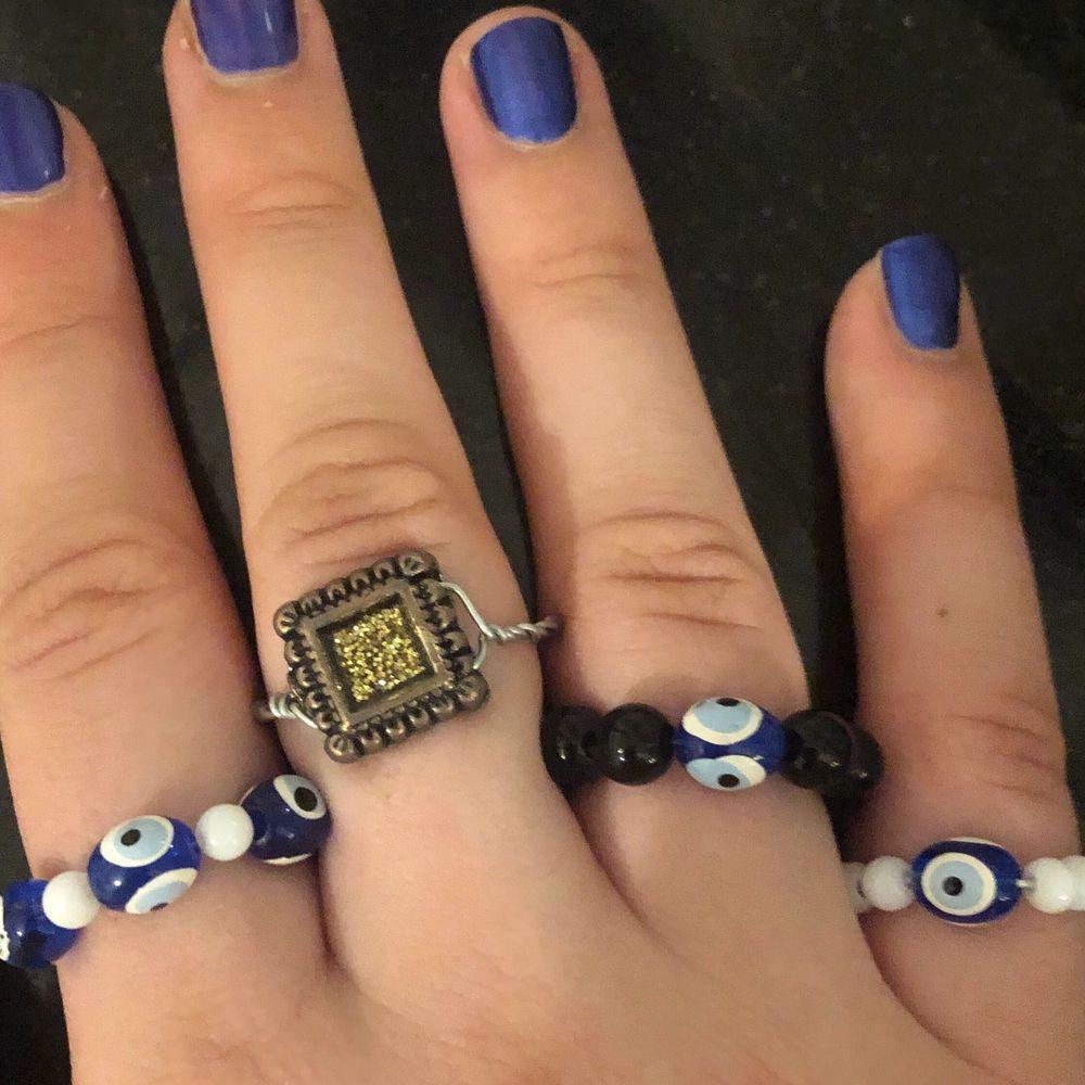 Handgjorda ringar med onda ögat-pärla. Amulett som är menad att skydda mot onda ögat. 15kr styck eller 50 för alla!. Accessoarer.
