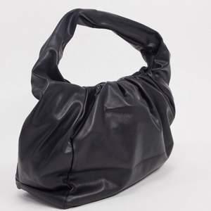 Säljer denna slutsålda väska från asos! Fint skick!!