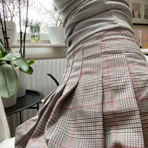 En kjol från hm som jag använt kanske 1-2 gånger, kommer inte till användning då jag vill sälja den🌈🌈 100kr + frakt🥳 (kort kjol!)