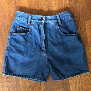 Superfina unika retro jeansshorts i storlek XS. Tyvärr passade de aldrig riktigt mig då det var lite för små när jag köpte den på en retro butik i Köpenhamn. Rak passform med retro look!