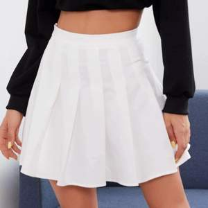 Säljer nu denna fina kjol, då jag råkade köpa två stycken! Så fin och skön! Storlek XS! Mått syns på sista bilden💓 Frakt går på 52kr är jag rätt säker på💓