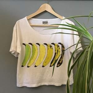 T-shirt med bananer i storlek M (jag brukar ha XS i vanliga fall, så den passar typ XS-M). Köpt för rätt så länge sedan men bara använd ett fåtal gånger, bra skick. Från Weekday🌻