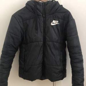 Säljer denna Nike jacka pga att den aldrig kommer till användning längre, den är köpt för 1000kr men säljer den för 300kr plus frakt💕