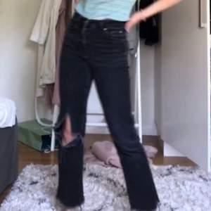 Jättefina jeans från Gina med Kick flare modell och ett hål som jag klippt själv💞💞 Jag är 164 och så sitter de på mig