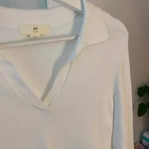 Vit ribbad tröja med krage från HM strl M (passar som S)❤️