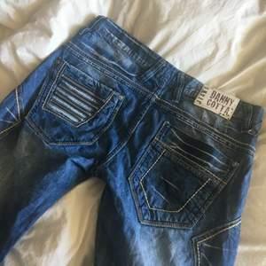 Feta jeans jag köpte för ett tag sen men aldrig kommit till användning. Storlek saknas men jag skulle gissa på M eller en stor M. Dem är i bra skick, inte trasiga eller något sånt:)