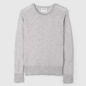 """Grå Kashmir tröja ifrån Soft Goat, i modellen """"FITTED O-NECK LIGHT GREY"""", mycket bra kvalitet, knappt använd! Köpt för 1695kr. Storlek: S"""