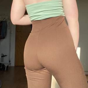 Bruna högmidjade kostymbyxor i ett mycket mjukt och skönt material, köpta på Gina Tricot för 399 kr, säljer för 200 kr + frakt! Storleken är 34 men själv är jag närmre storlek 36 och dom passar mig bra 😊