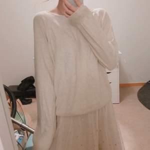 säljer en tunnare beige tröja från monki! supermjuk och fin i storlek XS! 💖