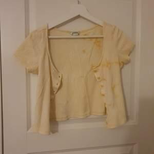 Gul ljus tie dye koft-tröja från Monki. Två små fläckar (se bild 3) men syns knappt! ♡ srtl xs men passar S och M♡ köparen står för frakt (kan bli billigare en 45kr♡)