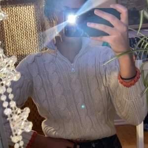 Stickad tröja, köpt second hand. Kort i ärmen och passar en S/XS. ✨