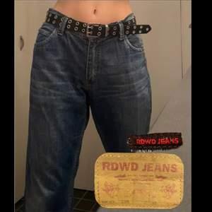 Säljer mina jeans som inte kommer till användning. Räcker precis i längden till mig som är 175. Dom är större i midjan måttet är: 95cm. Mer bilder privat! Möts upp i stockholm💕
