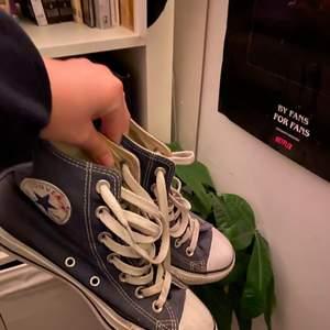 INTRESSEKOLL på mörkblå converse (äkta) rätt bra skick, går såklart att putsa och tvätta