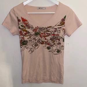Jätte jättefin babyrosa tshirt med blommor och annat mönster på, jättebra skick och aldrig använd, storleken passar S/M