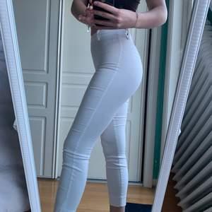 Ett par vita kostymbyxor från HM i storlek 34. Jättefina och går att både klä upp och klä ner. Nypris 200kr. Säljer de pga att de är för små💕💕