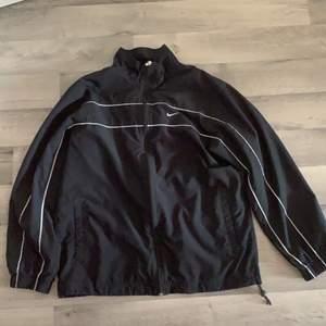 Säljer nu min snygga vintage nike jacka. Jackan är tunn och passar som vårjacka :D