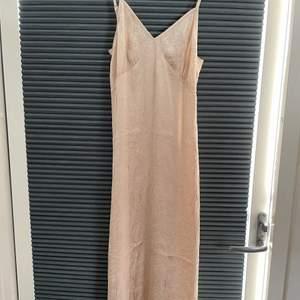 Säljer denna super fina klänning från Na-kd i storlek 36. Köpt för 1 månad sedan men passade inte så därför aldrig använd, lapp finns fortfarande kvar. Den är champagnefärgad och super fint material och perfekt till sommaren. Priset är exklusive frakt och köparen står för frakten. Vid frågor eller fler bilder skriv privat💞💞