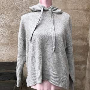 Grå stickad hoodie från hm, storlek xs/s. Köparen står för frakt💕