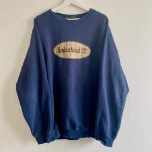 FINNS ANNONSEN KVAR FINNS PLAGGET KVAR⭐️ Asnajs blå vintage collegetröja från Timberland i urtvättat men fint skick! Snygg oversized fit (jag har M)! Skriv privat för fler bilder och ifall fler är intresserade blir det budgivning!⭐️