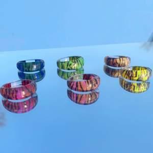 Hej! Säljer dessa gulliga kit med tigermönstrade ringarna! Sjukt snygga och perfekta nu till sommaren! Ringarna varierar i storlek, skriv om du vill veta specifikt 🥰🐅 alla 6 ringar för 99kr💖 GRATIS FRAKT 💖 asnajs att matcha med bästis, pv/fv osv!