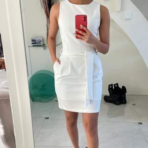 Säljer min konfrimations klänning, endast använd 1 gång. Formar och framhäver kroppen jätte fint, har fickor, har band som är avtagbart och går att knyta hur man vill. Slutar lite ovanför knäna. Perfekt till skolavslutning eller konfrimation. Storlek 34 men passar mig som har storlek 34-38. Priset kan diskuteras