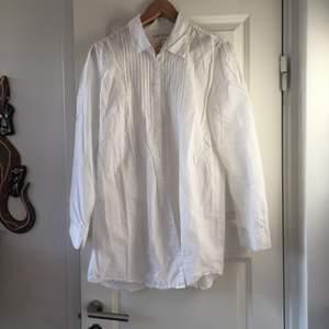 En vit skjorta storlek M. Är lite oversized. Är i bra skick. Frakten ingår inte