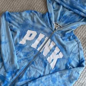 Superfin och skön hoodie från PINK, Victoria's secret, väldigt tunn och passar därför perfekt nu till sommaren ☺️