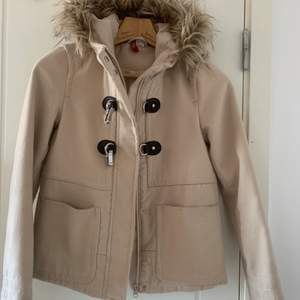 Super fin kappa/jacka från H&M i bra skick. Fake päls! Köpt för längesen och har inte kommit till så mycket användning. Säljer pga att den är för liten. Köparen står för frakt!