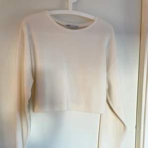 Jättefin och mjuk stickad tröja från zara som är croppad❤️ kommer ej till användning tyvvär och däför säljer jag nu den ❤️
