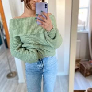 Säljer min jättefina och mjuka tröja från Gina tricot som jag köpte för ungefär två år sedan men endast använt ett fåtal gånger för att den är offshoulder vilket inte är min grej vilket är anledningen till att jag väljer att sälja den. Den är i toppskick inga fläckar eller slitningar någonstans och färgen här hur fin som helst.