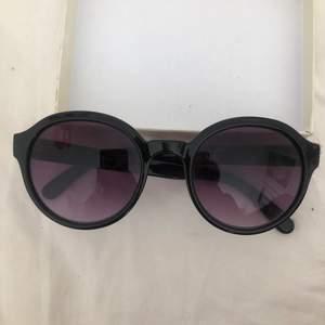 Solglasögon från & other stories