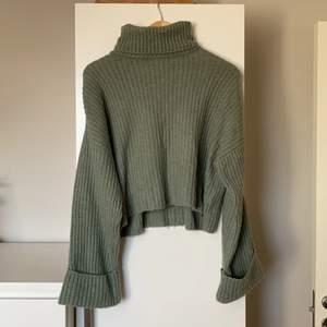 Grön stickad tröja från Gina Tricot i storlek M. Är lite kortare i modell, har en polokrage och utsvängda armar. En superfin grön färg! 💕