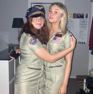 AsSNYGG perfekt utklädnad till halloween eller temafesten!!! Köptes under höstlovet på Butterics för 400 kr och även en pilothatt för 199 kr som jag skickar med💕 En av de patches som fanns på klänningen har trillat av men det är inget som märks